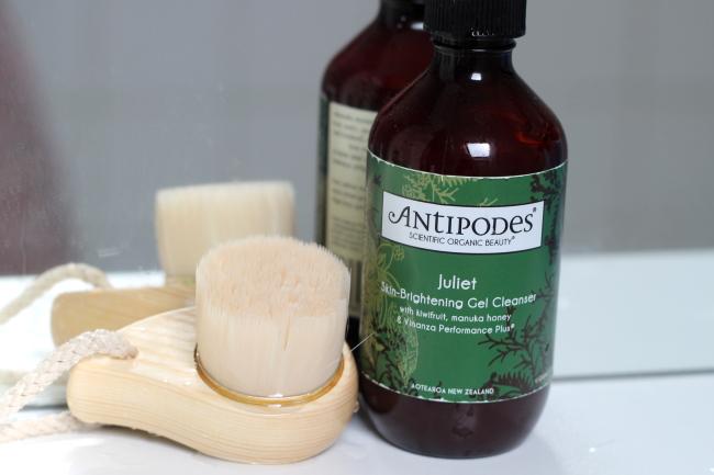 brosse nettoyante s.o.s. pureté et nettoyant antipodes juliet