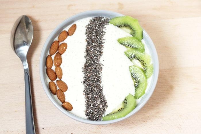 smoothie bowl, amandes, kiwi et graines de chia