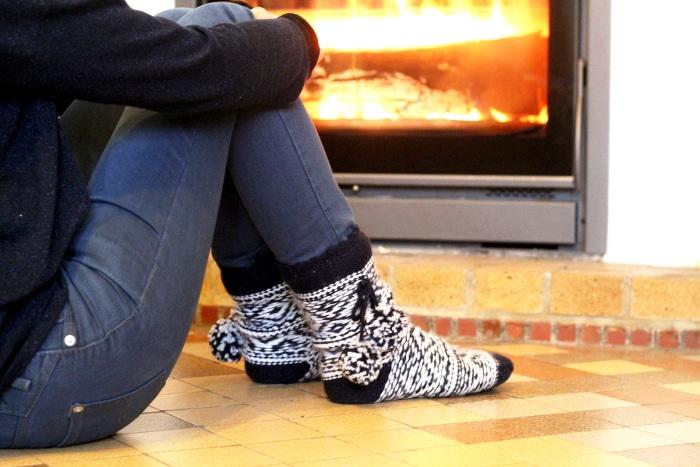 journée cocooning parfaite : on se détend devant la cheminée avec des grosses chaussettes !