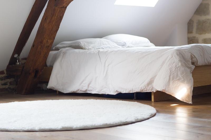 chambre à coucher épurée pour bien dormir