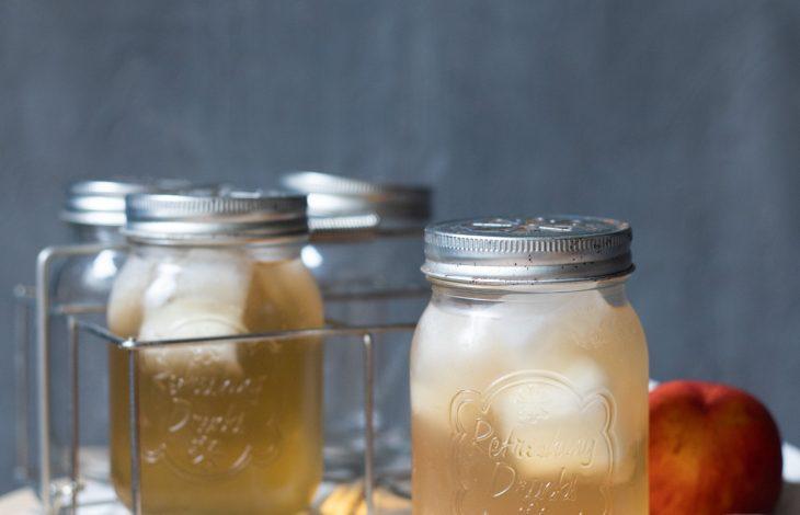 infusion glacée à la pêche dans un mason jar